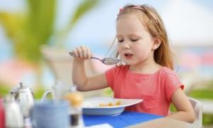 como-ensinar-a-criança-a-comer-2